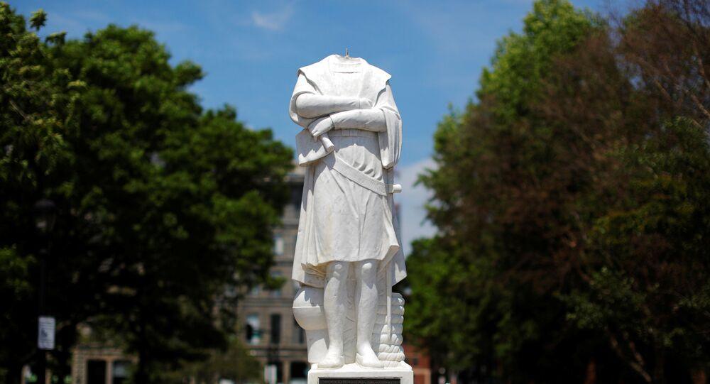 La statua di Cristoforo Colombo a Boston decapitata