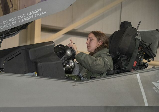 Il capitano Emily Thompson, 421° pilota di squadrone di caccia Expeditionary, è la prima donna a far volare un F-35A Lightning II in combattimento. Attualmente è schierata dalla base aerea di Hill Air, Utah