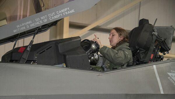 Il capitano Emily Thompson, 421° pilota di squadrone di caccia Expeditionary, è la prima donna a far volare un F-35A Lightning II in combattimento. Attualmente è schierata dalla base aerea di Hill Air, Utah - Sputnik Italia