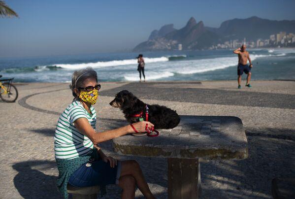 Una donna con un cane sulla spiaggia di Rio de Janeiro, Brasile - Sputnik Italia