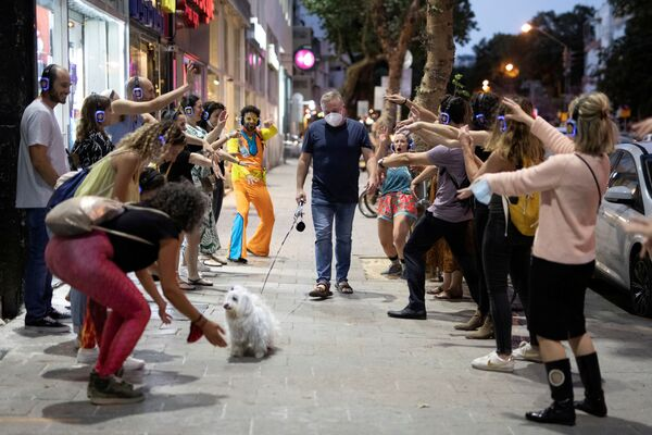 Un uomo passeggia con un cane a Tel Aviv, Israele - Sputnik Italia