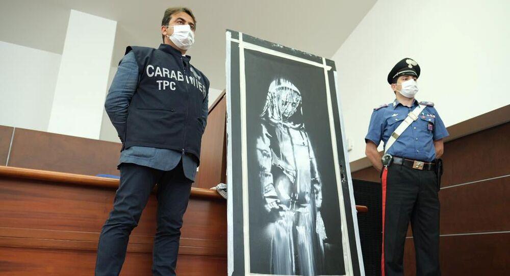 La porta del Bataclan, il locale parigino teatro dell'attacco terroristico del 13 novembre 2015 e sulla quale Banksy aveva realizzato una sua opera in memoria delle vittime è stata mostrata dagli agenti dopo il ritrovamento