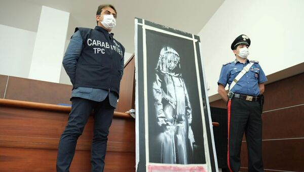 Strage Bataclan, il Banksy ritrovato: i carabinieri mostrano la porta rubata dal locale parigino - Sputnik Italia
