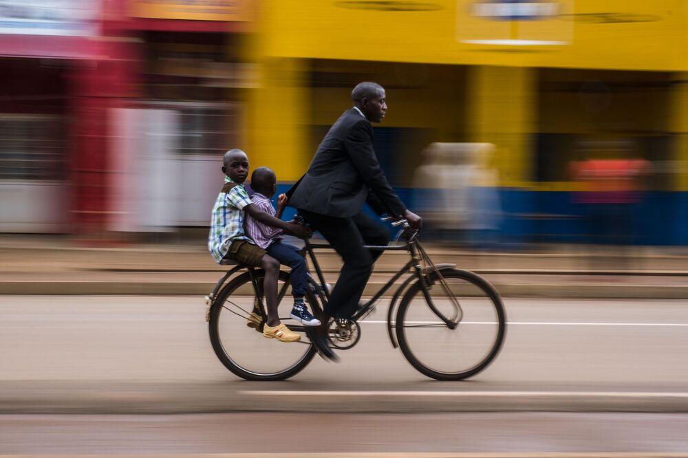 Lo scatto School Run, Rwanda del fotografo Benjamin Buckland, vincitore della categoria Street Photography.