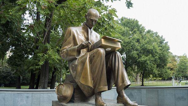 La statua del giornalista Indro Montanelli a Milano - Sputnik Italia