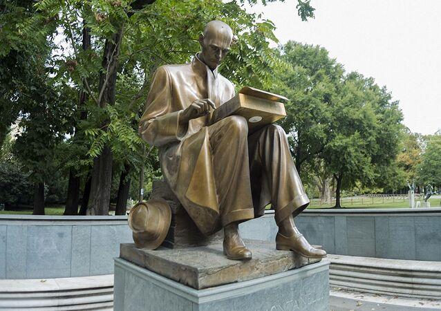 La statua del giornalista Indro Montanelli a Milano