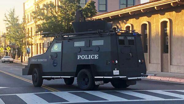 Un mezzo blindato della polizia a Paso Robles in California  - Sputnik Italia