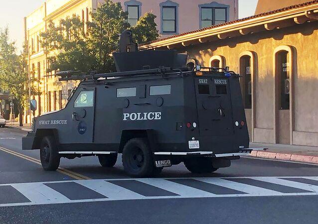Un mezzo blindato della polizia a Paso Robles in California
