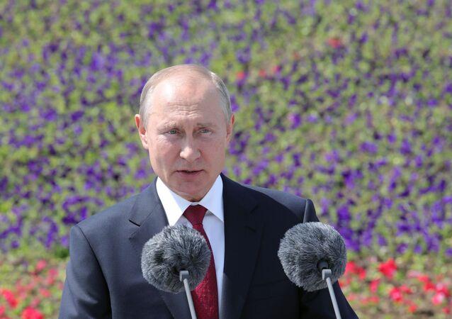 Il Presidente Vladimir Putin tiene un discorso in occasione del Giorno della Russia