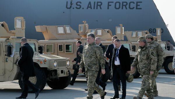 Ukraine's President Petro Poroshenko passes by U.S. armored Humvees in Boryspil Airport, Kiev, Ukraine - Sputnik Italia