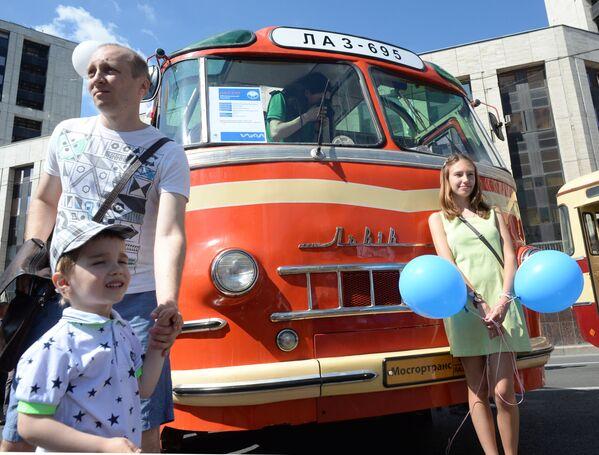 La sfilata degli autobus d'epoca a Mosca - Sputnik Italia