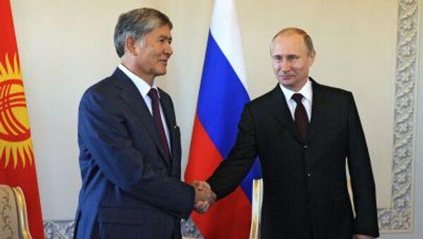 Президент России Владимир Путин на встрече с главой Киргизии Алмазбеком Атамбаевым в Стрельне - Sputnik Italia