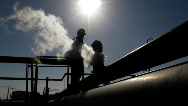 A Libyan oil worker, works at a refinery inside the Brega oil complex, in Brega, eastern Libya - Sputnik Italia