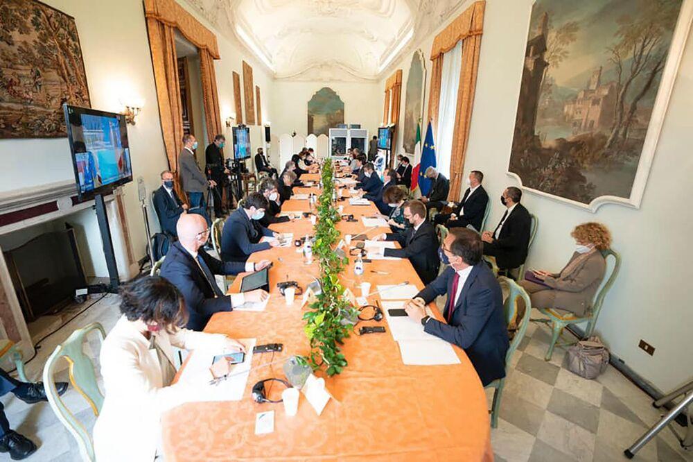 I membri del governo partecipano a un panel dedicato al tema della visione del mondo nel post-Covid