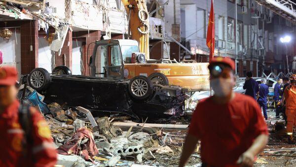 Veicoli ed edifici danneggiati nel luogo dell'esplosione di una cisterna vicino a Wenling, nella provincia orientale dello Zhejiang in Cina - Sputnik Italia