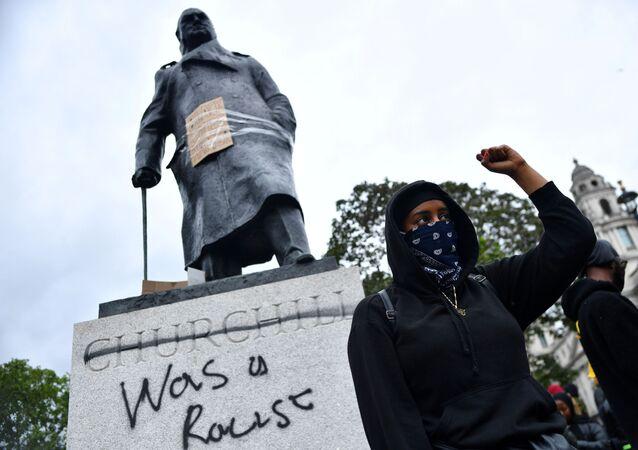 Monumento a Churchill con la scritta fu un razzista