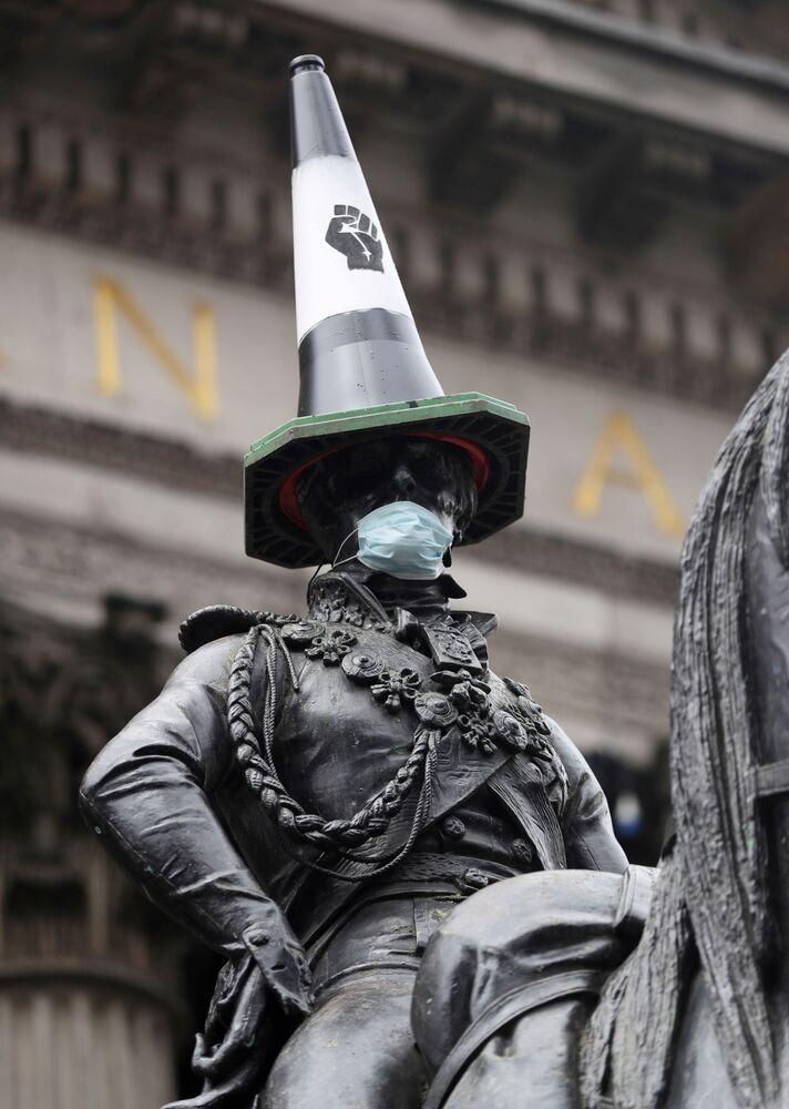La statua del duca di Wellington con un cono di traffico e una mascherina a Glasgow, il 10 giugno 2020