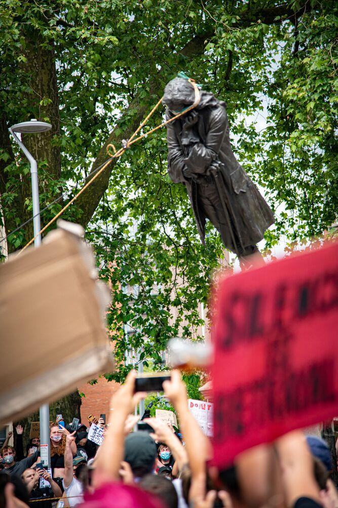 I manifestanti abbattono la statua di Edward Colston a Bristol, Gran Bretagna, il 7 giugno 2020