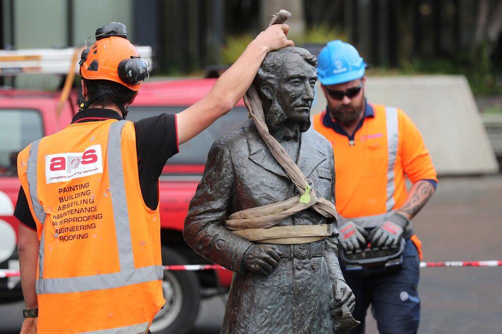 I lavoratori rimuovono una controversa statua del capitano John Fane Charles Hamilton da Civic Square a Hamilton, il 12 giugno 2020
