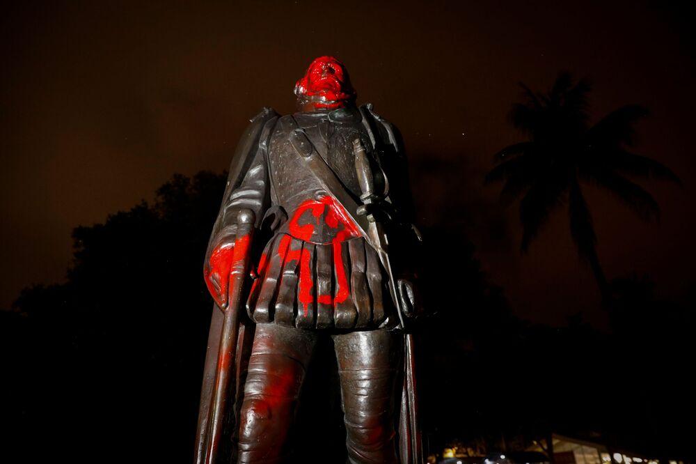 Una statua vandalizzata di Cristoforo Colombo dopo una protesta contro la disuguaglianza razziale a seguito della morte di George Floyd a Minneapolis, Miami, Florida, Stati Uniti, il 10 giugno 2020