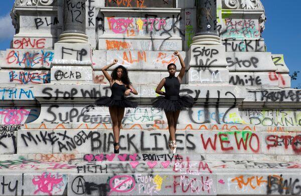 Le ballerine Kennedy George, 14 anni, e Ava Holloway, 14 anni, posano davanti a un monumento del generale Robert E. Lee dopo che il governatore della Virginia Ralph Northam ha ordinato di rimuoverlo per i disordini civili a seguito della morte di George Floyd, a Richmond, Virginia, Stati Uniti, il 5 giugno 2020 - Sputnik Italia