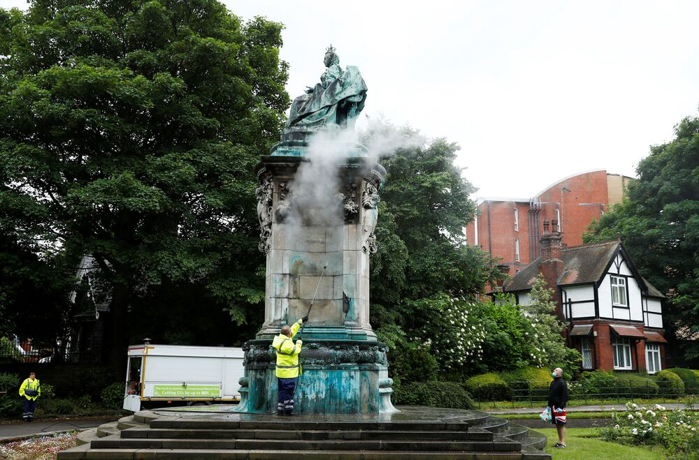 La statua della regina Vittoria viene ripulita dopo essere stata vandalizzata a Woodhouse Moor, Leeds, Gran Bretagna, il 10 giugno 2020