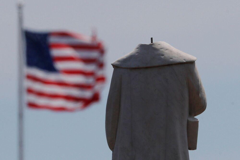 La testa della statua di Cristoforo Colombo è stata decapitata durante la notte tra le proteste contro la disuguaglianza razziale a seguito della morte di George Floyd, a Boston, Massachusetts, USA, il 10 giugno 2020