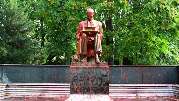 Imbrattata statua di Indro Montanelli a Milano - Sputnik Italia