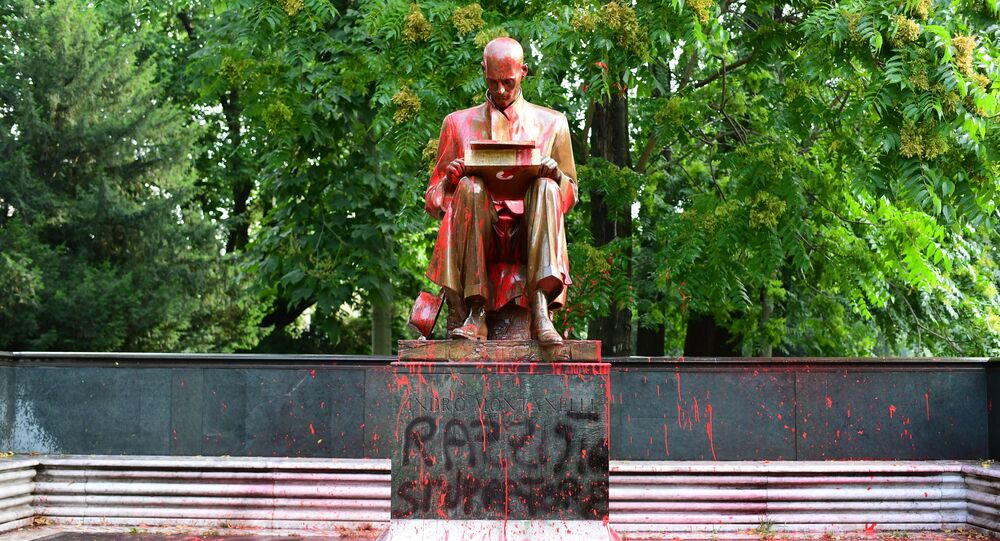 Imbrattata statua di Indro Montanelli a Milano