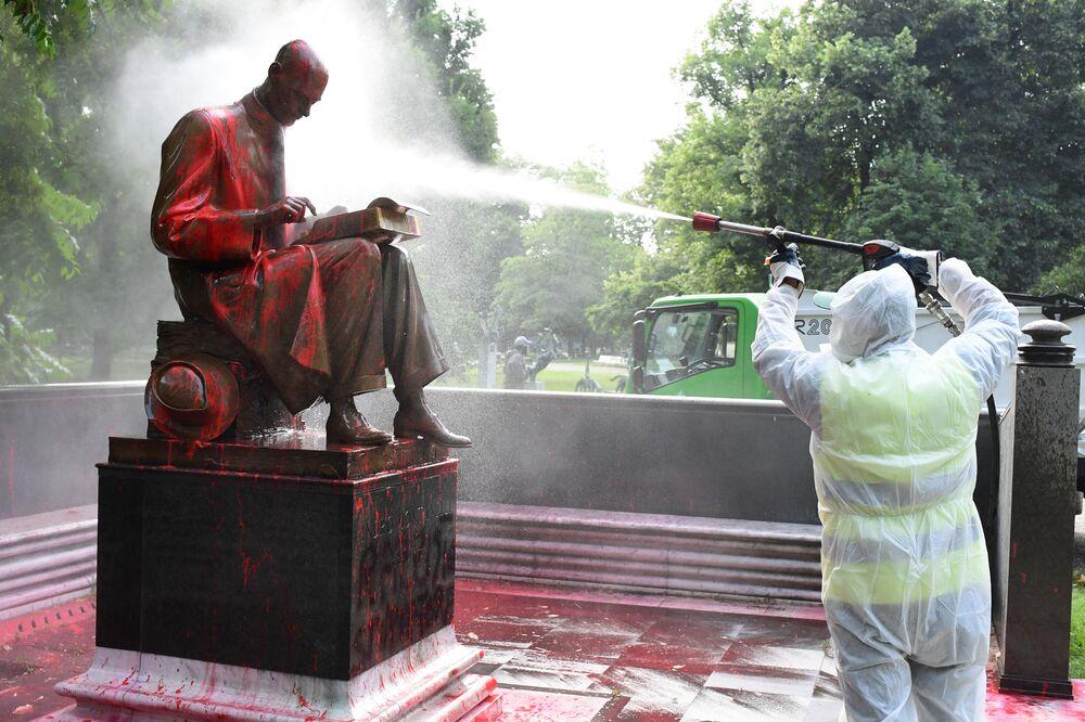 La statua di Indro Montanelli a Milano viene ripulita dopo essere stata vandalizzata dai manifestanti contro la disuguaglianza razziale