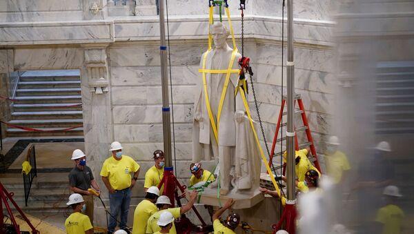 La rimozione della statua del leader della guerra civile Jefferson Davis in Kentucky, USA - Sputnik Italia