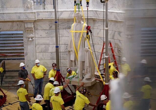 La rimozione della statua del leader della guerra civile Jefferson Davis in Kentucky, USA