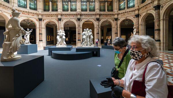 Visitatori in un museo dopo la riapertura - Sputnik Italia