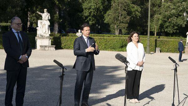 Il Presidente Conte con i ministri Gualtieri e Catalfo  - Sputnik Italia