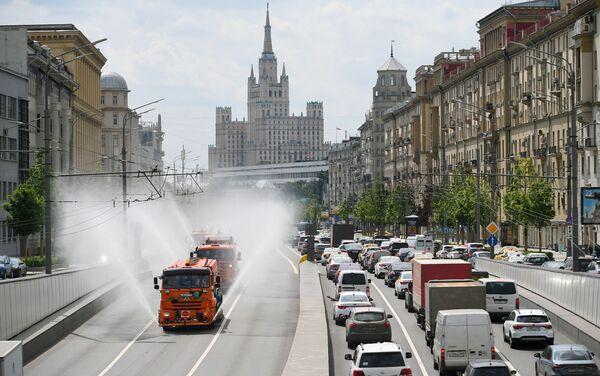 I camion spruzzano acqua sulle strade a Mosca. - Sputnik Italia