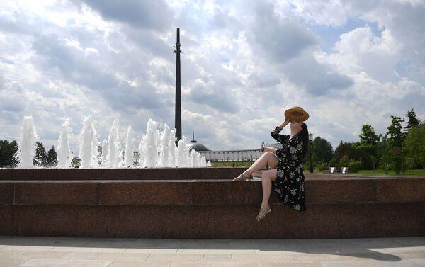 Una ragazza davanti ad una fontana a Mosca - Sputnik Italia