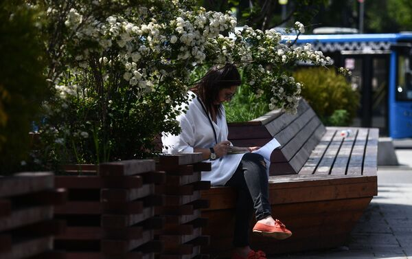 Una ragazza sulla panchina in un parco - Sputnik Italia