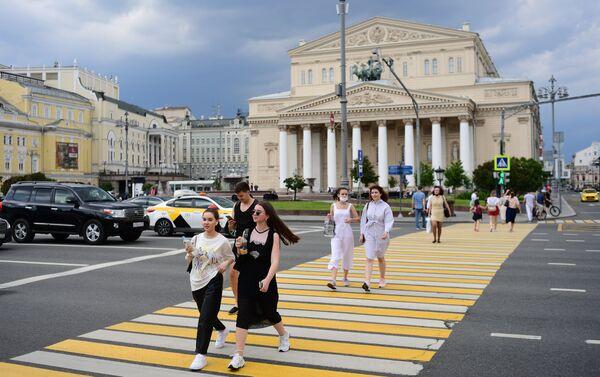 Davanti al teatro Bolshoi - Sputnik Italia