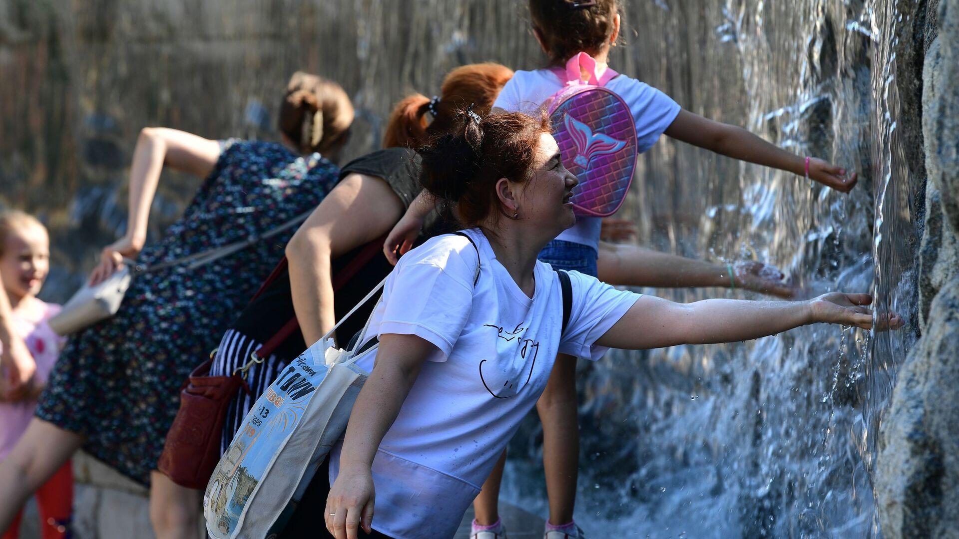 Passanti si rinfrescano con l'acqua di una fontana al centro di Mosca - Sputnik Italia, 1920, 07.06.2021