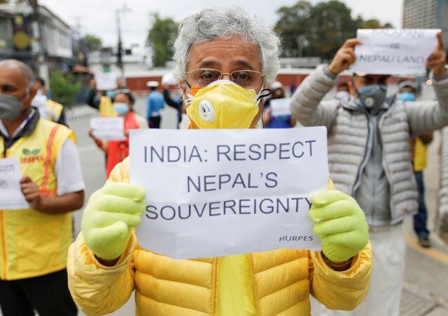 Attivisti  'Human Rights and Peace Society Nepal' protesta contro le presunte violazioni dei confini da pare dell'India nella parte occidentale del Nepal, nei pressi dell'ambasciata indiana a Katmandu, Maggio 2020.