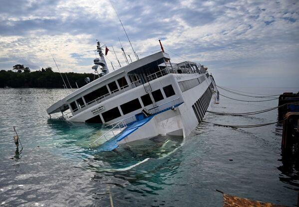 Oltre 60 passeggeri e membri dell'equipaggio sono stati salvati da un traghetto, che trasportava veicoli a Bali - Sputnik Italia