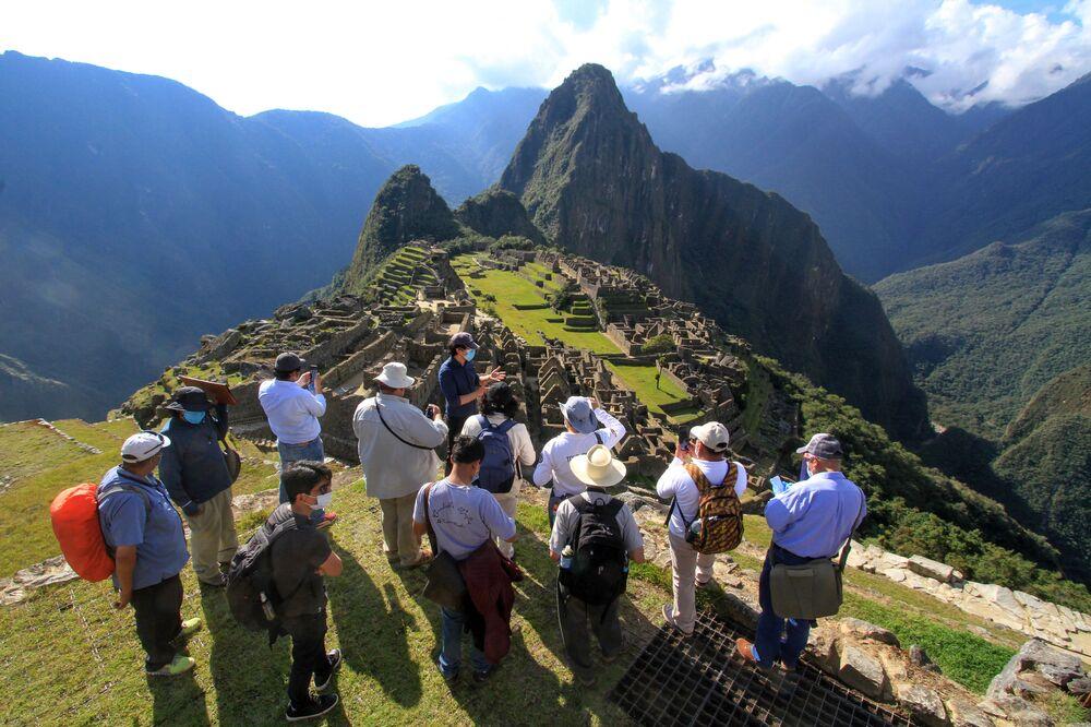 I membri di una commissione di autorità ed esperti guidati dal Governatore di Cusco Jean-Paul Benavente visitano la cittadella Inca di Machu Picchu il 12 giugno 2020, valuta i nuovi protocolli sanitari e di allontanamento per riaprirla al pubblico il 1 ° luglio