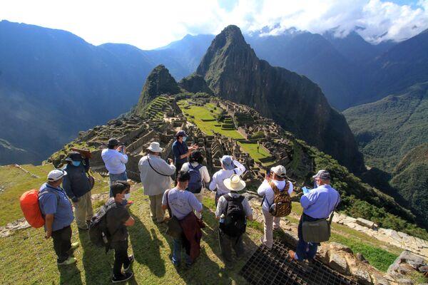 I membri di una commissione di autorità ed esperti guidati dal Governatore di Cusco Jean-Paul Benavente visitano la cittadella Inca di Machu Picchu il 12 giugno 2020, valuta i nuovi protocolli sanitari e di allontanamento per riaprirla al pubblico il 1 ° luglio - Sputnik Italia