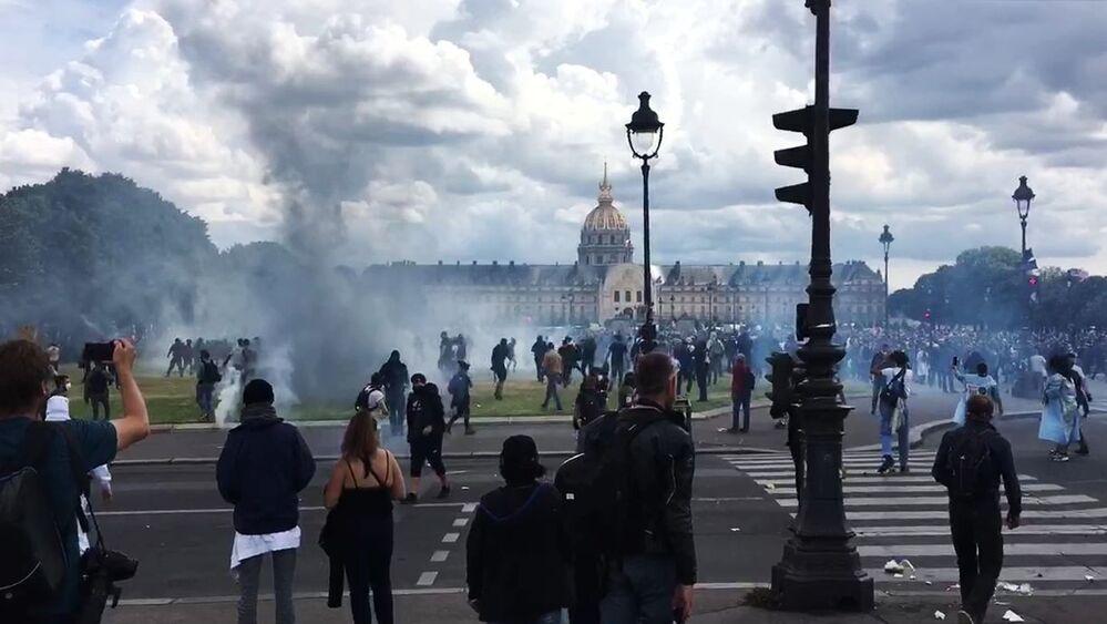 I manifestanti si scontrano con la polizia a Parigi, in Francia, durante una manifestazione di operatori sanitari