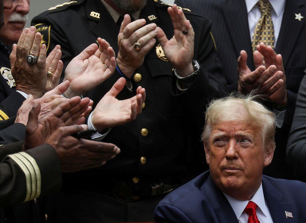 Il presidente degli Stati Uniti Donald Trump ascolta gli applausi dopo aver firmato un ordine esecutivo sulla riforma della polizia durante una cerimonia alla Casa Bianca a Washington, USA, il 16 giugno 2020