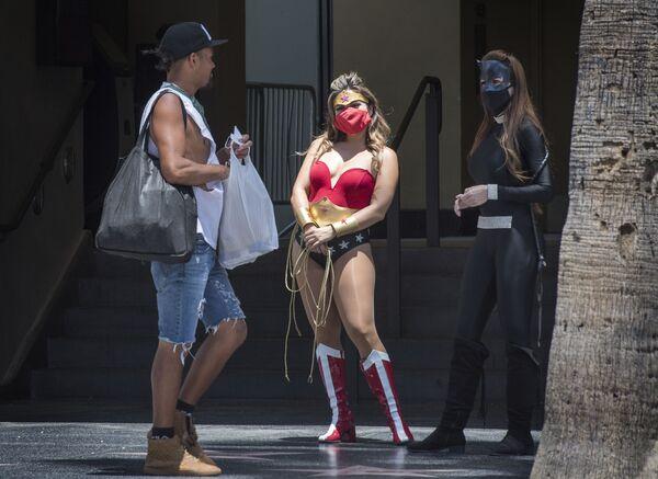 Artisti vestiti da personaggi del cinema aspettano che i clienti scattino foto,  Hollywood, California, il 12 giugno 2020 - Sputnik Italia