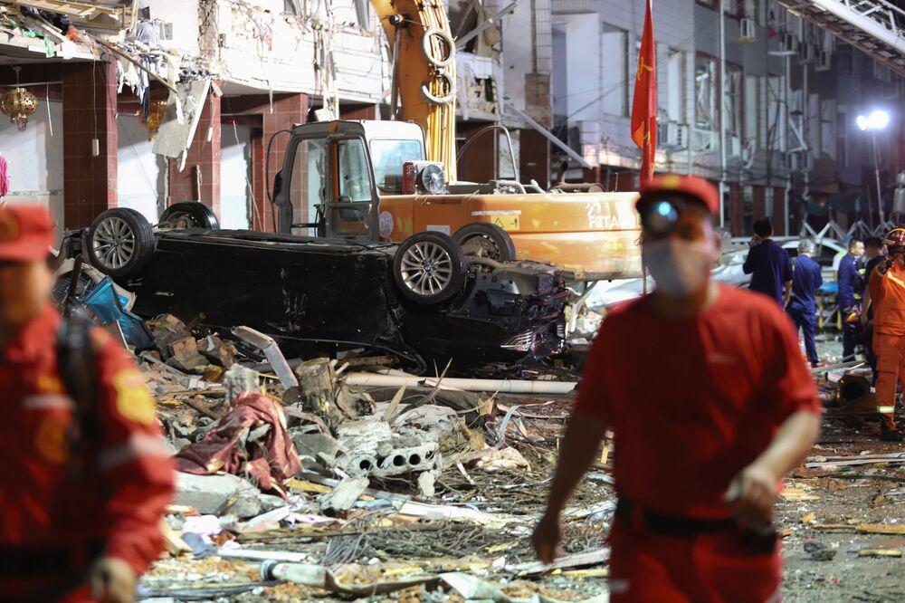 Questa foto, scattata il 13 giugno 2020, mostra veicoli e edifici danneggiati nel luogo dell'esplosione di un camion cisterna vicino a Wenling, nella provincia orientale dello Zhejiang in Cina
