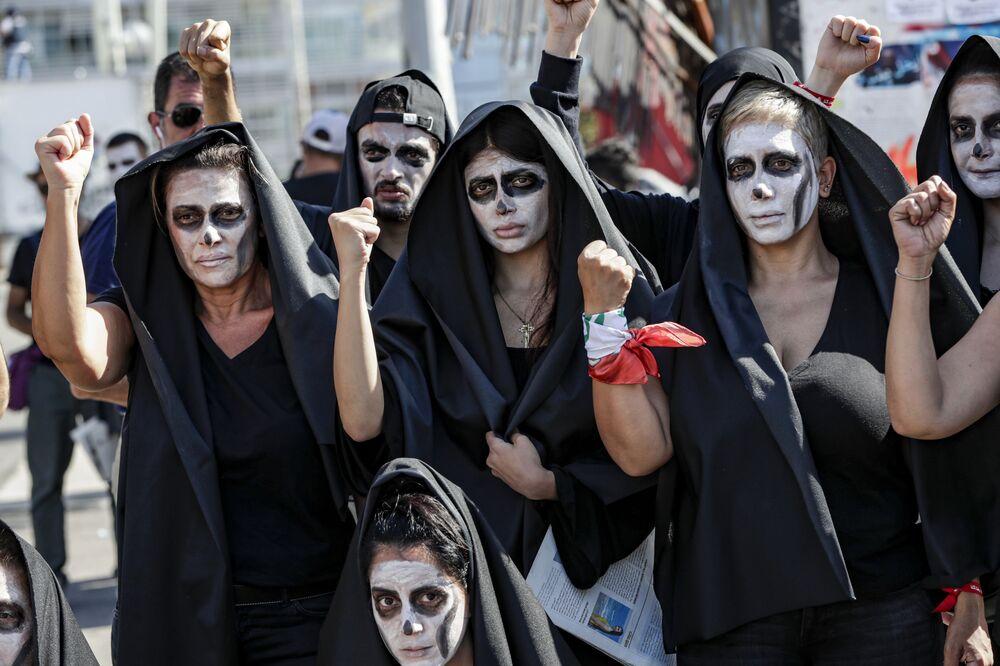 I manifestanti antigovernativi libanesi prendono parte a un funerale simbolico per il paese nel centro della capitale Beirut il 13 giugno 2020, il terzo giorno consecutivo di manifestazioni a causa di una crisi economica in aumento