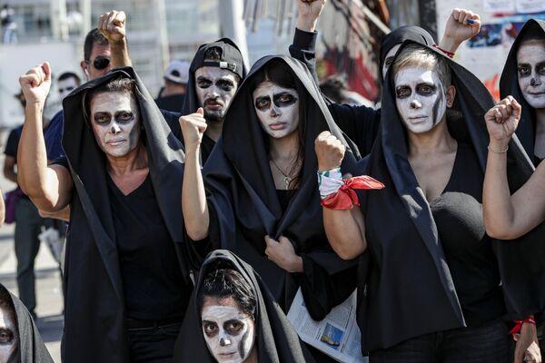 I manifestanti antigovernativi libanesi prendono parte a un funerale simbolico per il paese nel centro della capitale Beirut il 13 giugno 2020, il terzo giorno consecutivo di manifestazioni a causa di una crisi economica in aumento - Sputnik Italia