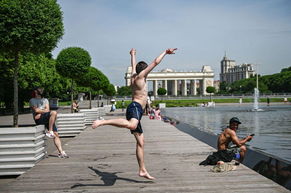Gente visita il Gorkij Park di Mosca mentre la capitale russa allenta le restrizioni